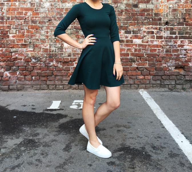 Платье и белые слипоны