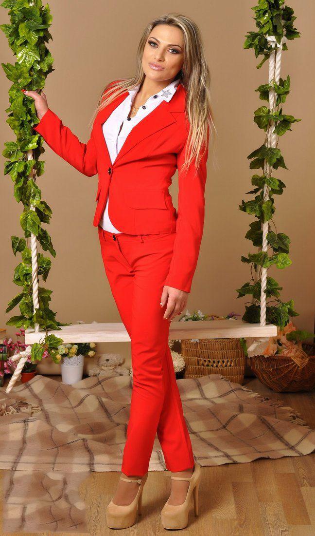 красный классический женский костюм