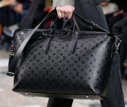 27633b4b170b Четырнадцатилетний мальчик стал учеником известного в те времена  производителя дорожных сумок. С развитием транспортных технологий люди  стали чаще ...