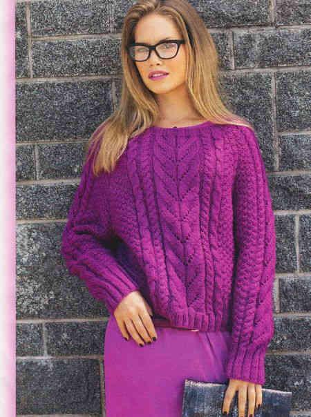 Розовый пуловер с косами