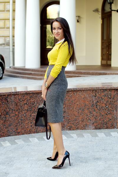 Черная юбка с серой кофтой