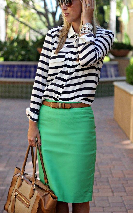 a3205090a65 Топ и кожаная юбка вместе обычно выглядят вызывающе. Но здесь зеленый цвет  сглаживает образ