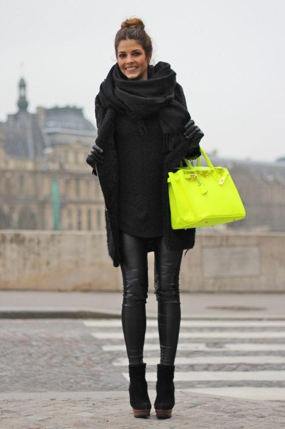 черное пальто и желтая сумка