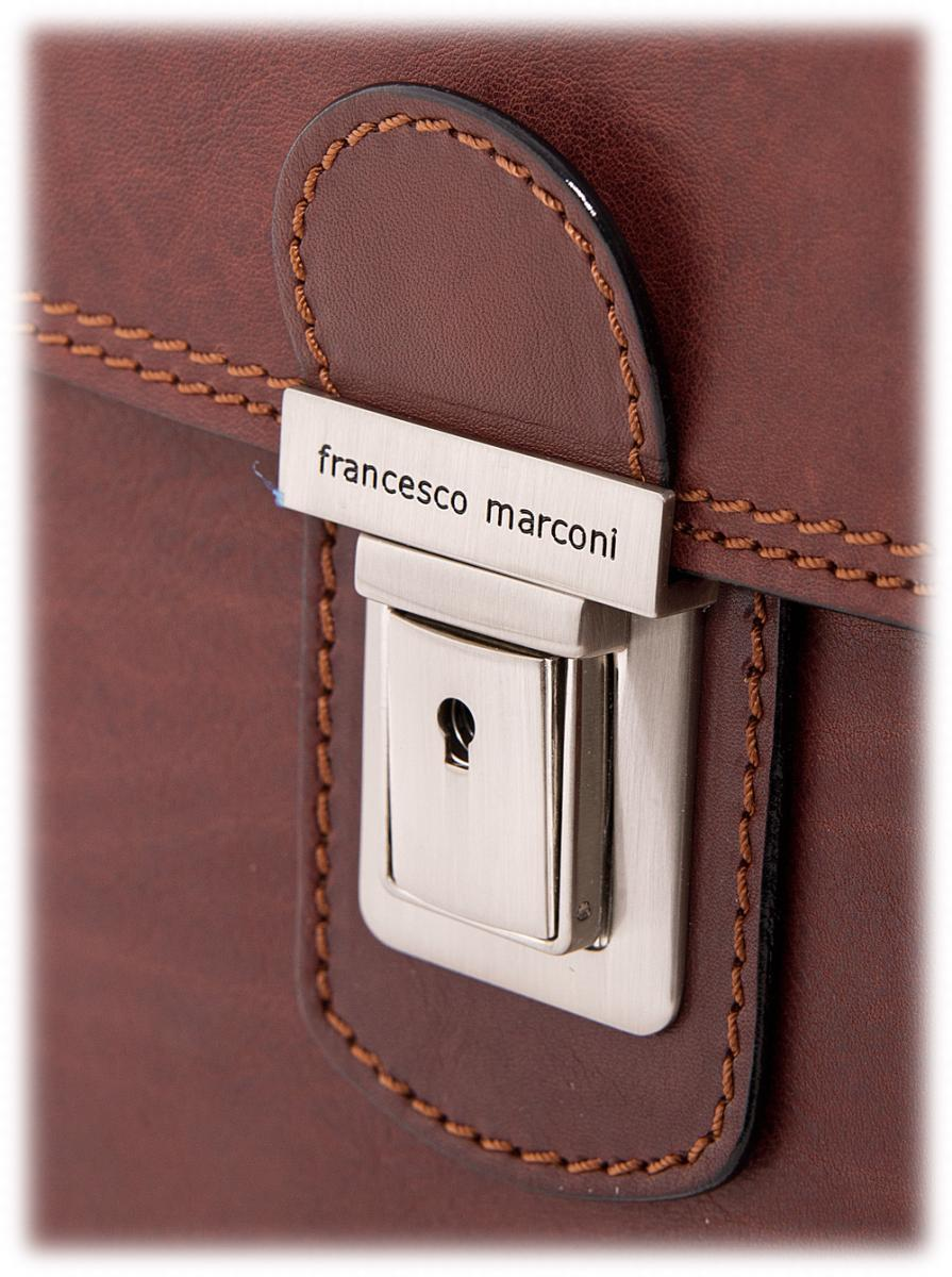 7ea5045021f6 Символ торговой марки должен присутствовать на всех мелких деталях, вплоть  до бегунка молнии. Кроме того, с каждой кожаной сумкой идет специальный  мешочек ...