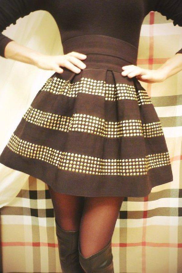 Она сшила себе очень модную юбку 78