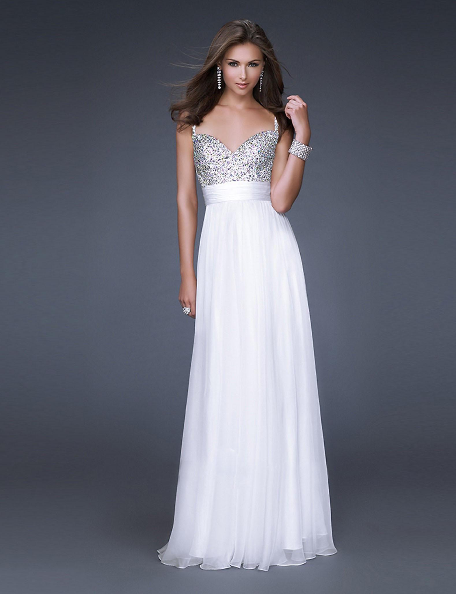 56c990484105 Белое платье всегда выгодно выделяется на торжественных мероприятиях среди  нарядов другого цвета. Оно прекрасно вписывается в пляжную атмосферу отдыха  и в ...