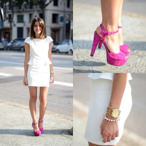 Розовое платье с белыми босоножками