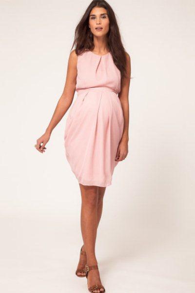 Платья для беременных не сдавливают живот, а в районе талии часто  дополняются специальными эластичными вставками или застежками. ba5de3213f4