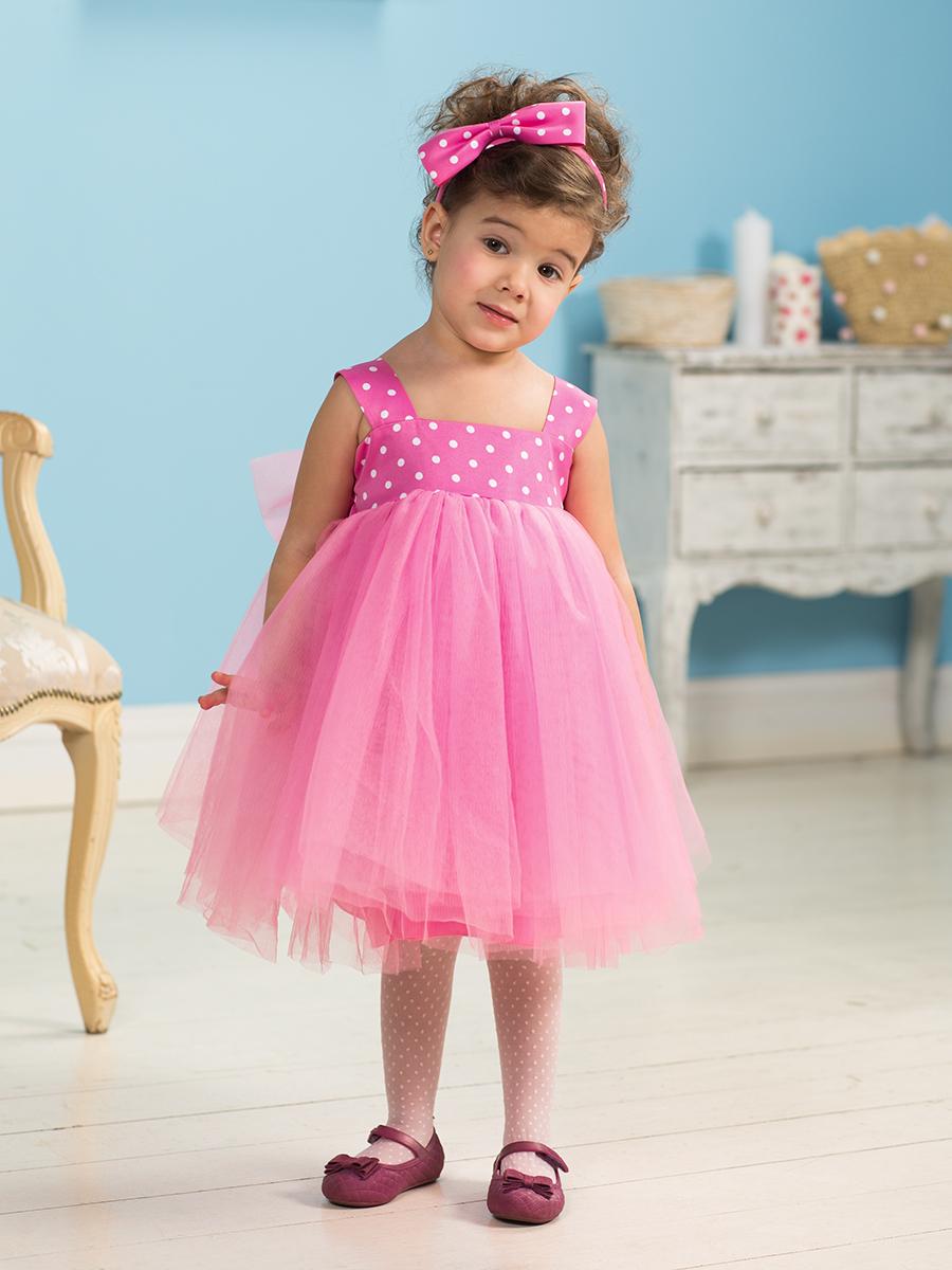 Девочка в розовом платье в поле