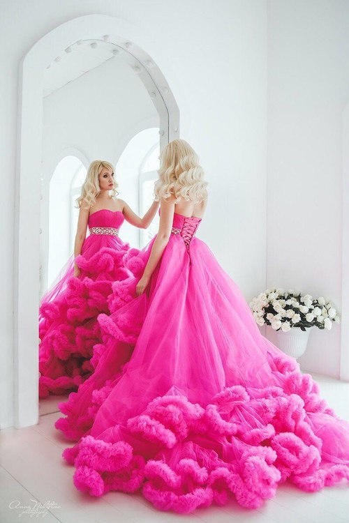 0f67a4f84268714 Одежда отличается легкостью и воздушностью, особенно если платье обладает  средней длиной.