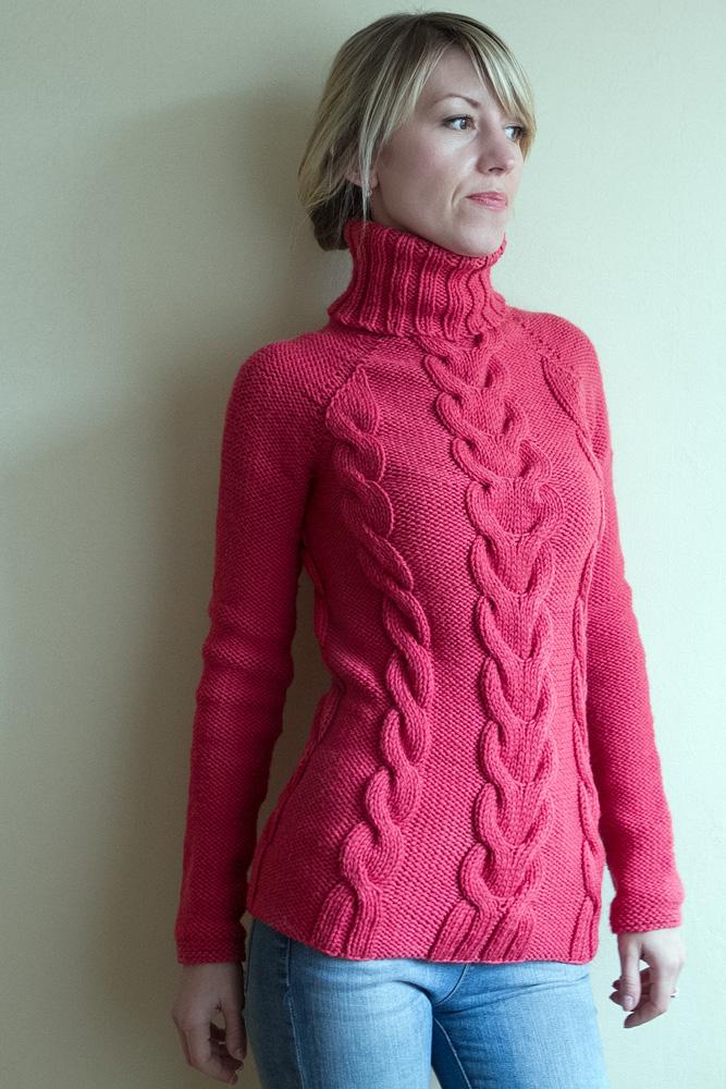 косами свитер с вязанный спицами
