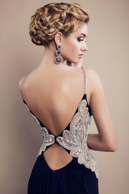 Спускается красивое платье