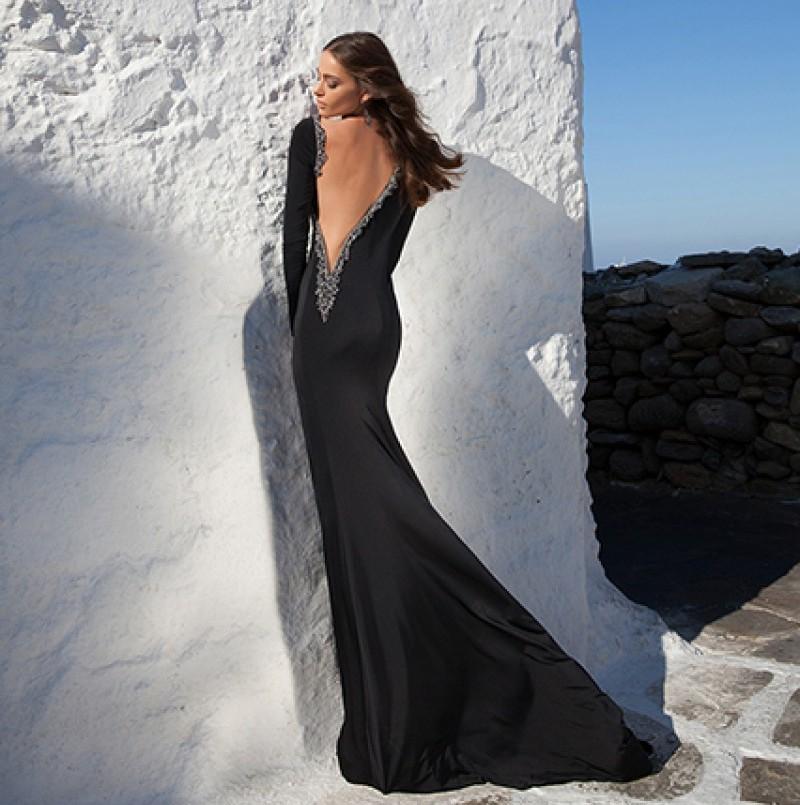 Фото спины девушки в платье с вырезом