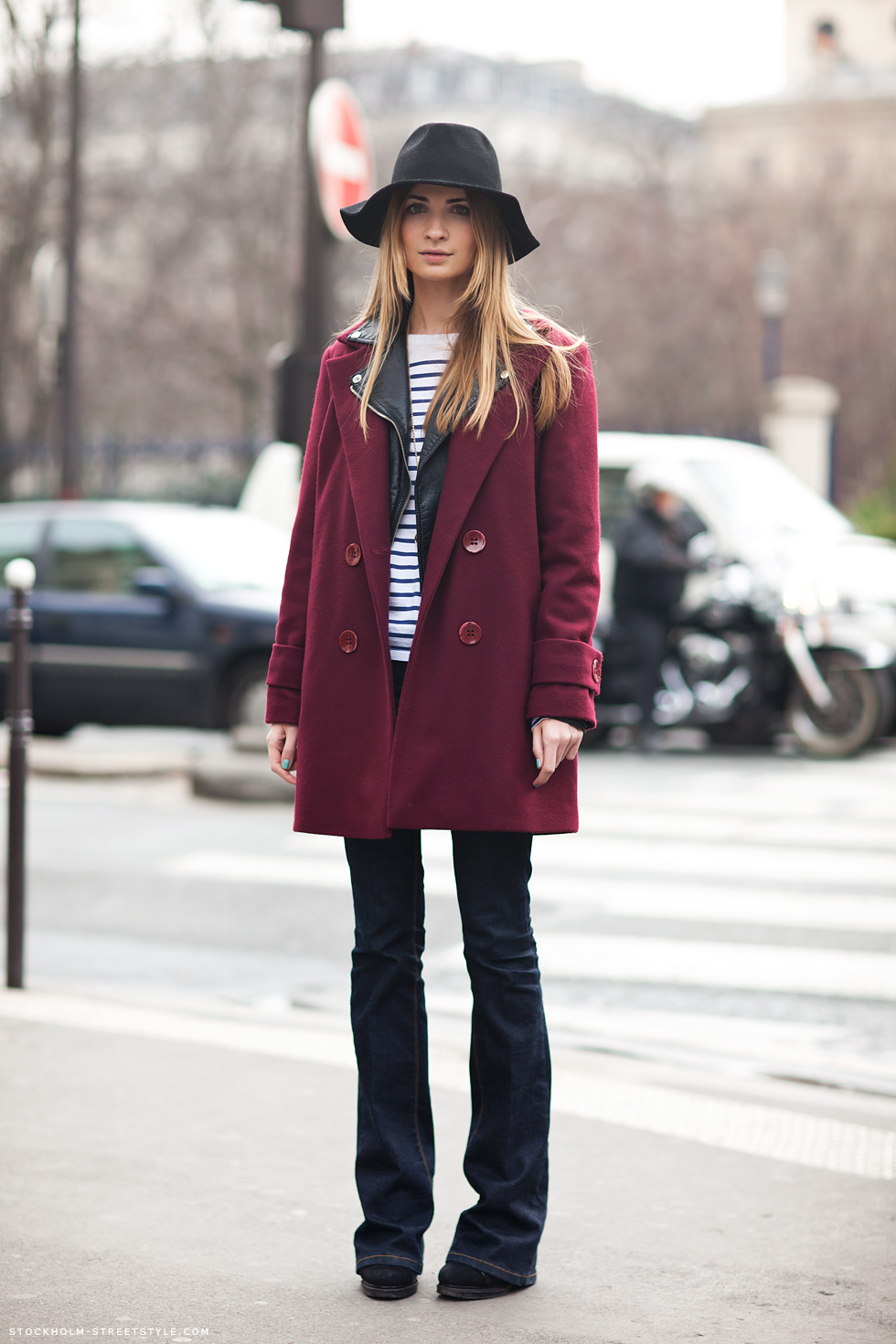 Смотреть Модные бордовые пальто видео