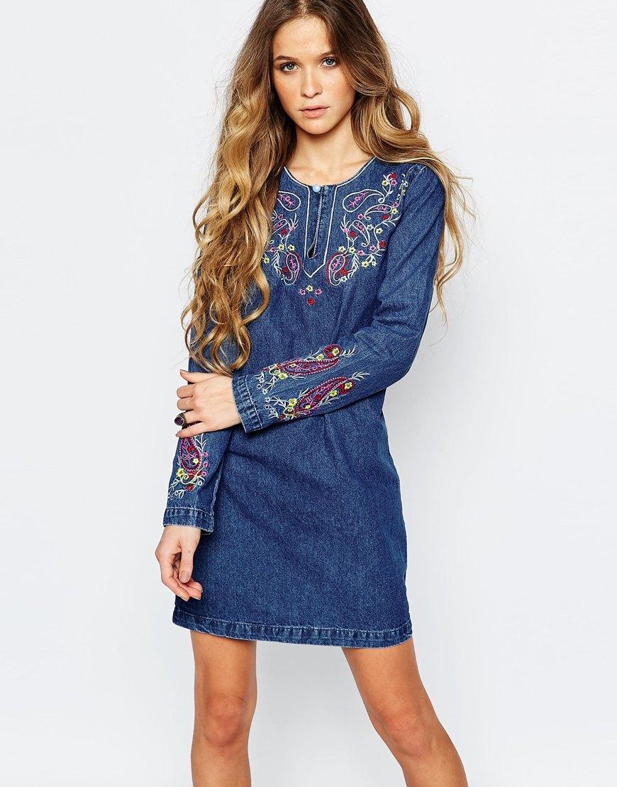 Джинсовое платье с вышивкой по низу