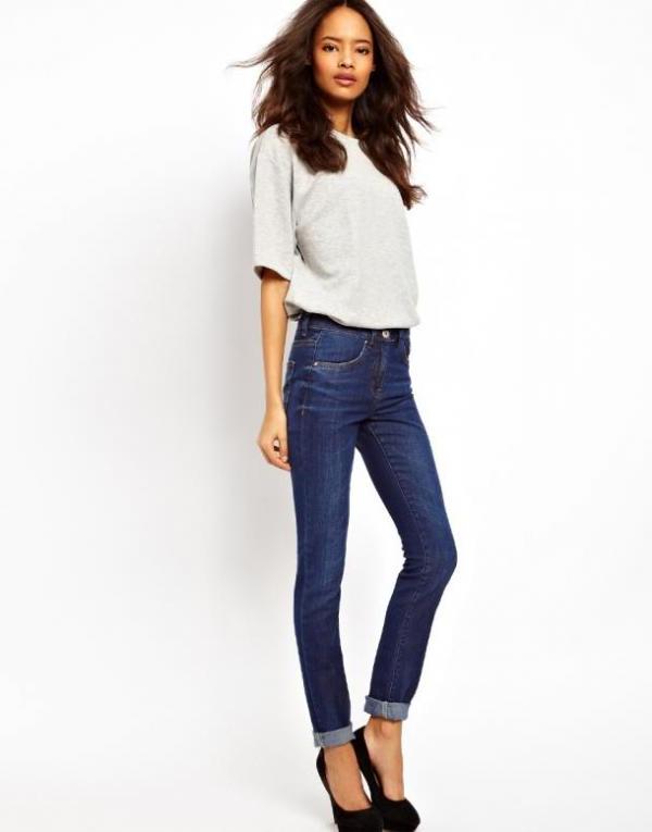 Девушка в джинсах и белой рубашке снять фото 112-701