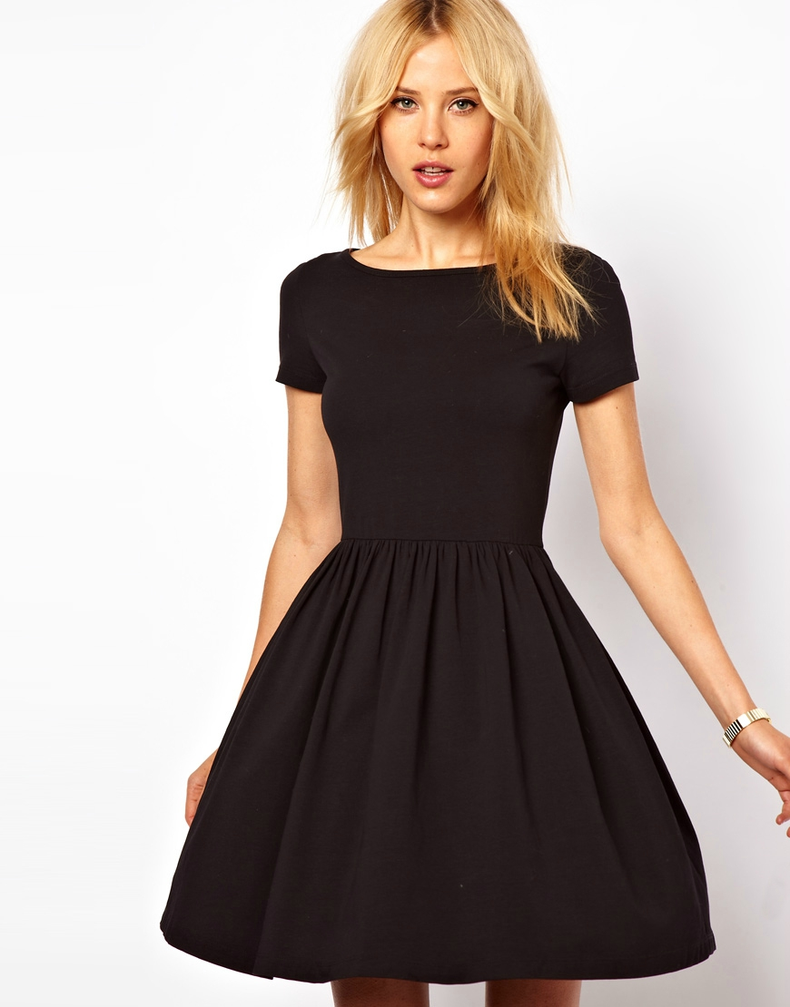 Короткое бело-черное платье