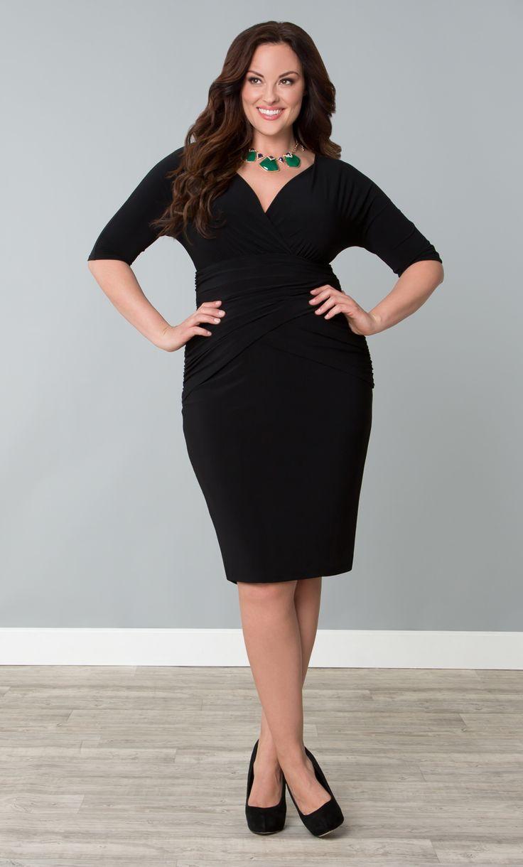 Черное платье классическим вырезом