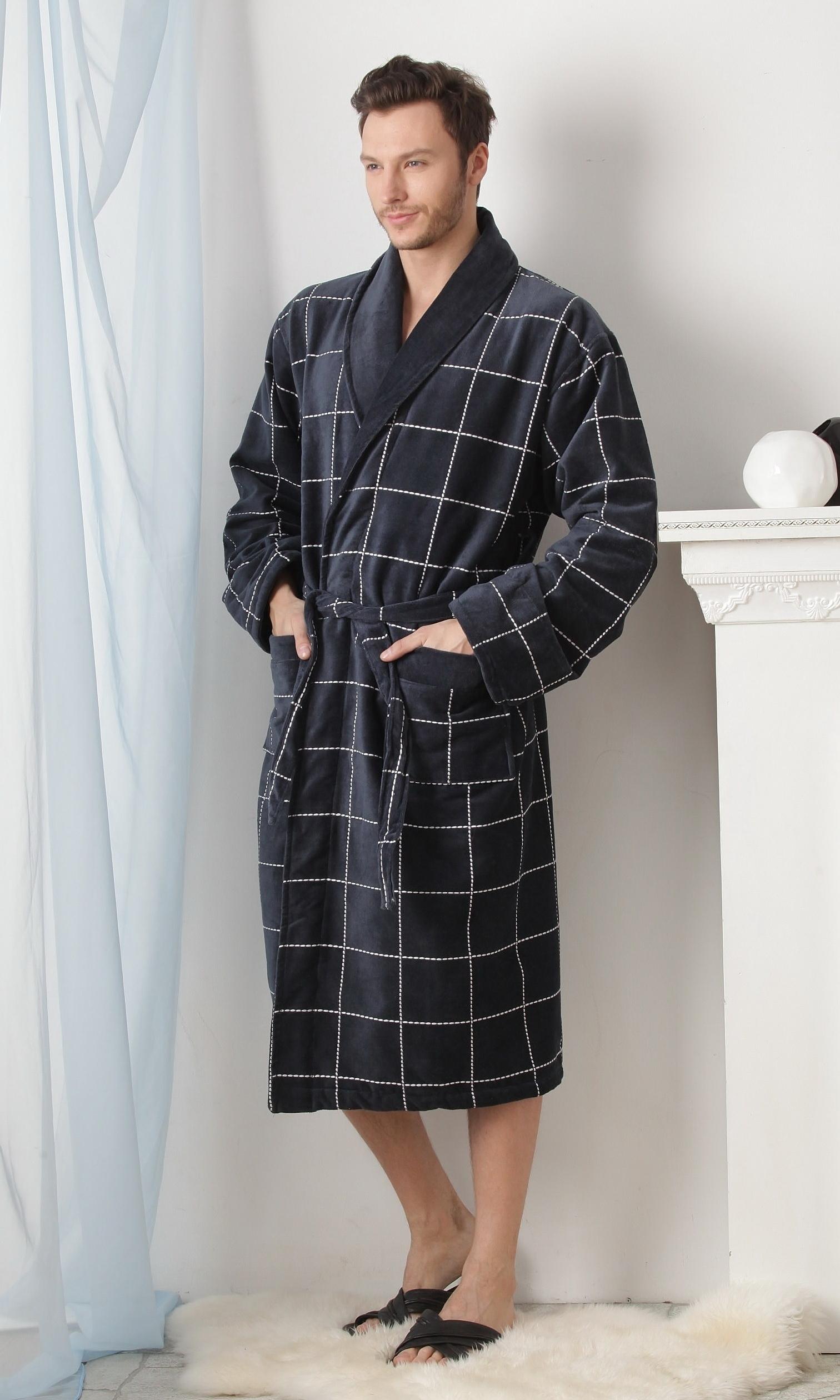 22c132f92c6f4 На сегодняшний день существует много разновидностей мужских халатов. Они  могут быть банные, для SPA-процедур и домашние. Но, почему-то, дизайнеры  уделяют не ...