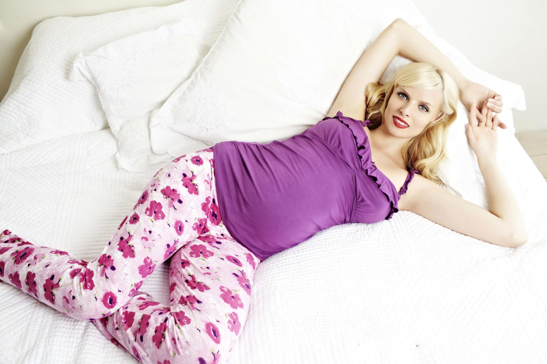 Фотосессия беременной в пижаме