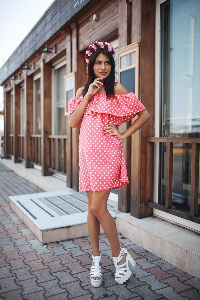 Платье с воланом 2018 (150 фото): на одно плечо, с рукавами воланами, на груди, на рукавах, без плеч, красное 348