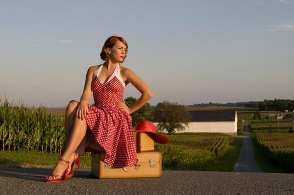 Девушка в платье в горох фото