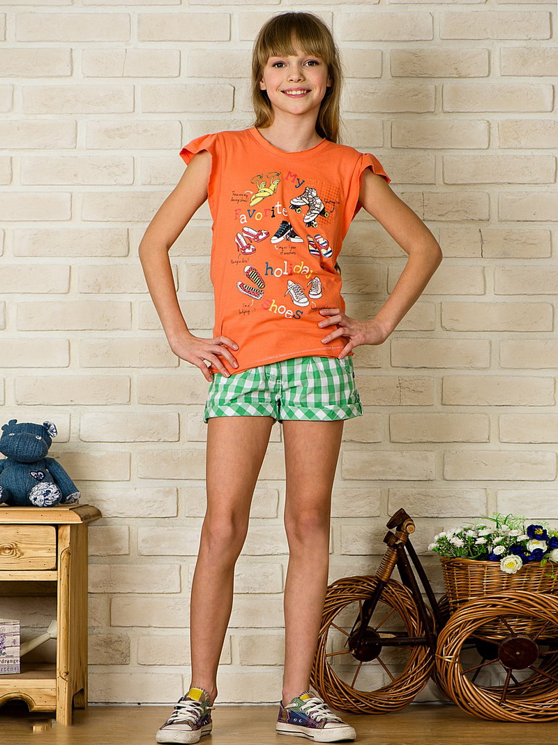 Девочка модель в белых шортиках 7
