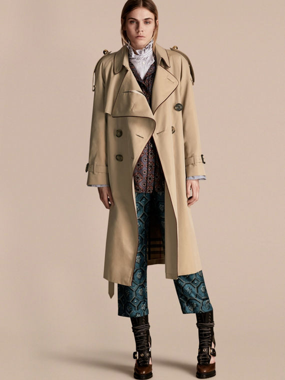 В 19 веке основатель бренда Томас Берберри изобрел великолепную ткань. Она  не пропускала влагу 44f02c05e7612