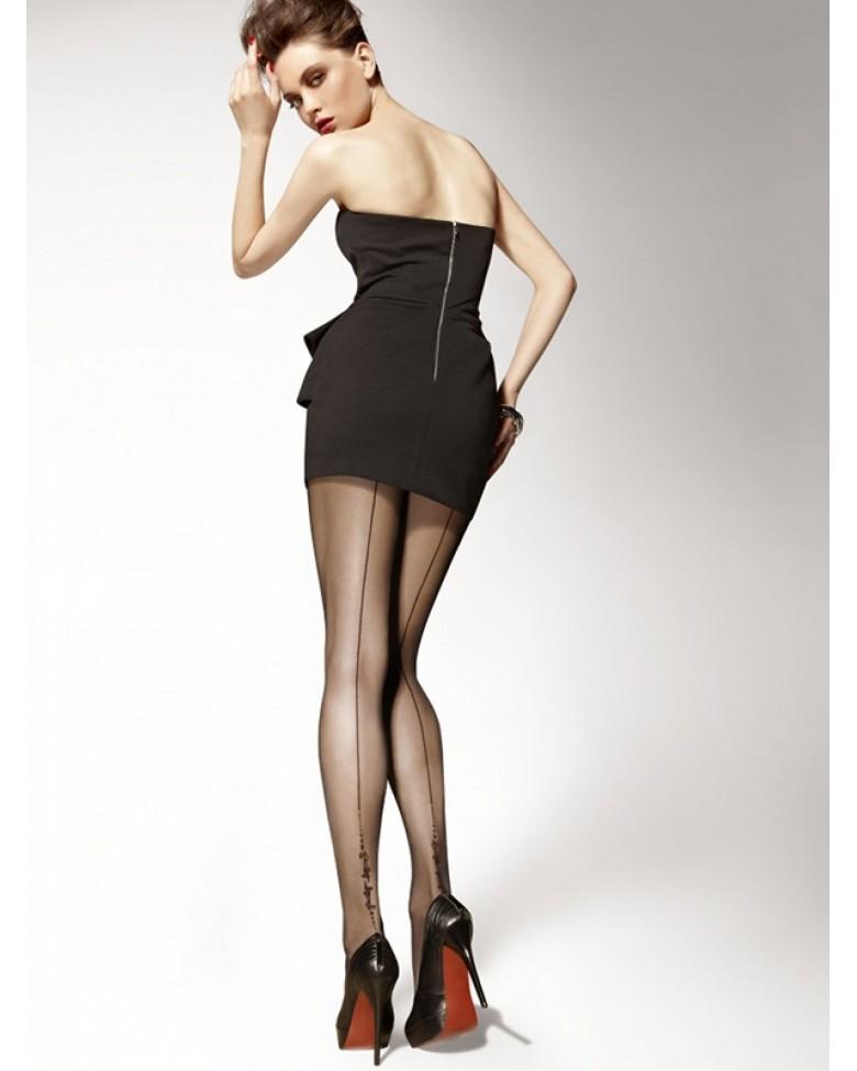 Девушка в платье и чулках без трусиков