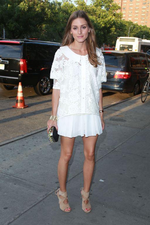 Блестящие колготки белое платье на высоких каблуках