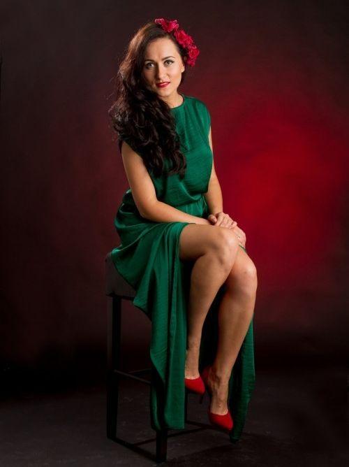 Туфли серебристого или золотистого оттенка в сочетании с зеленым платьем  сделают образ нарядным. Этот отличный вариант для торжественного  мероприятия. 2aacaf3b1ee83