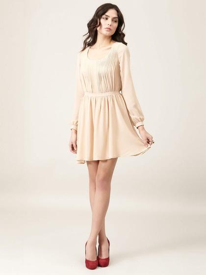 Телесное платье с туфлями какого цвета