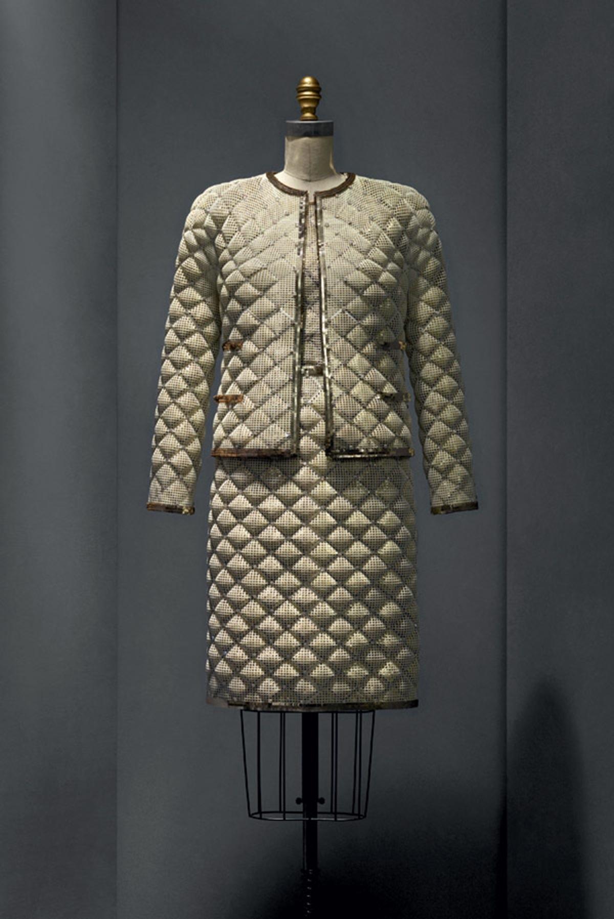 Женский костюм в стиле шанель