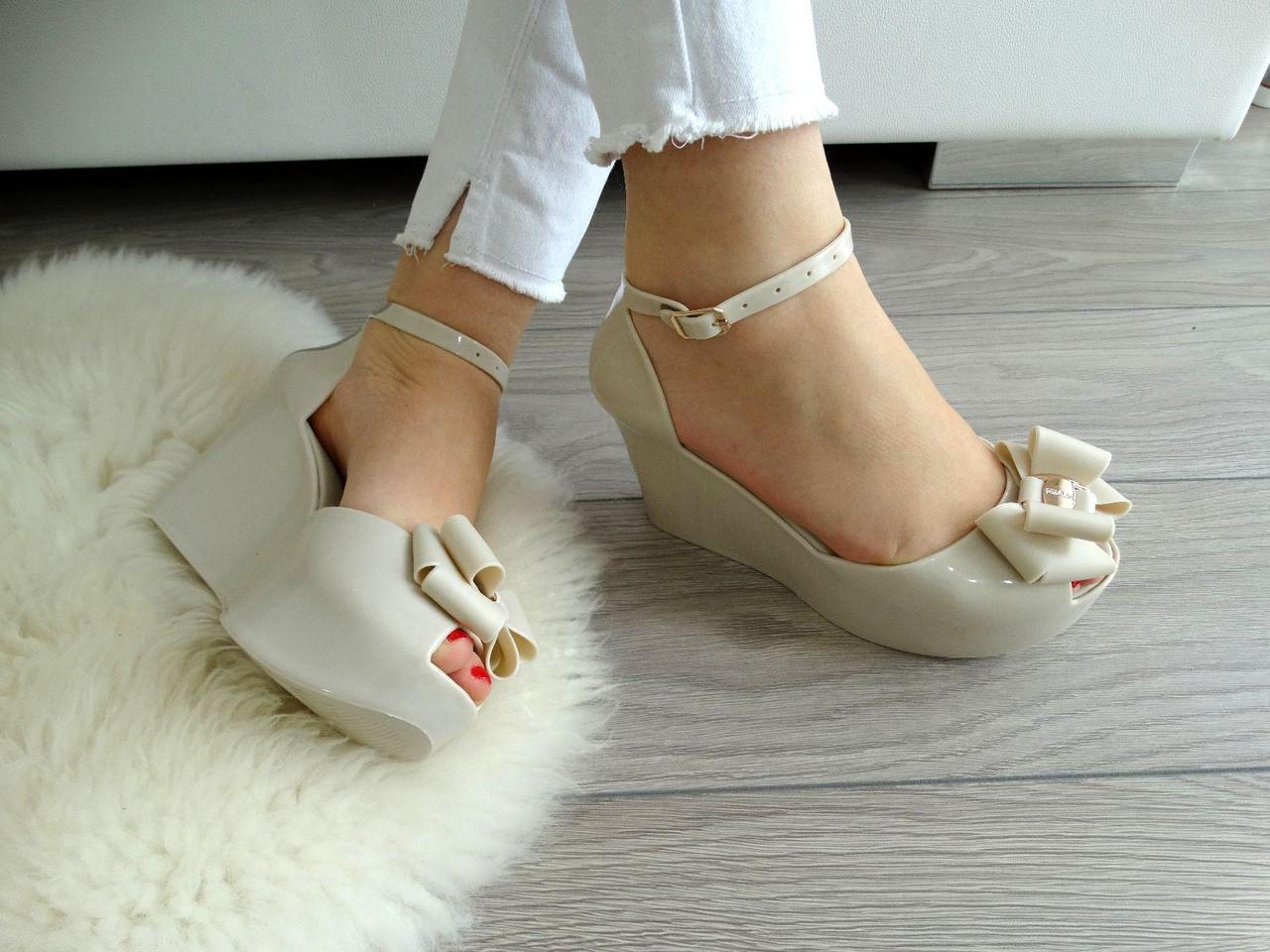 Резиновые босоножки – удобная и оригинальная обувь для модниц