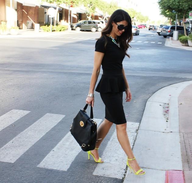 Черное платье с желтыми босоножками
