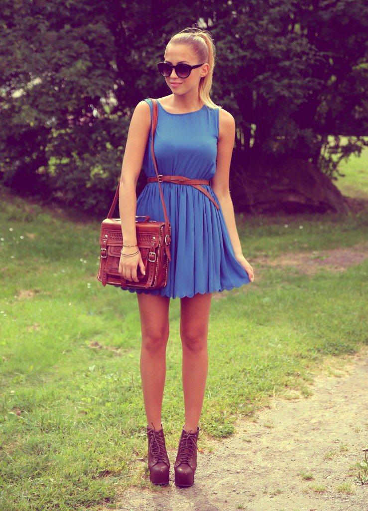 Сочетание синего платья и красных туфлей