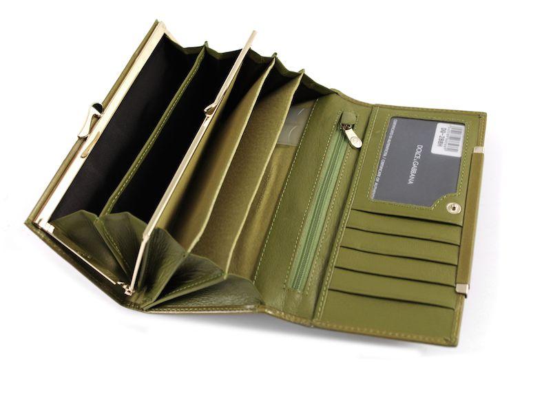542d1a367ad5 Женские портмоне имеют две основных модели: со складывающимися секциями,  либо классическая модель конверт. Первый вариант дает более просторный  доступ к ...