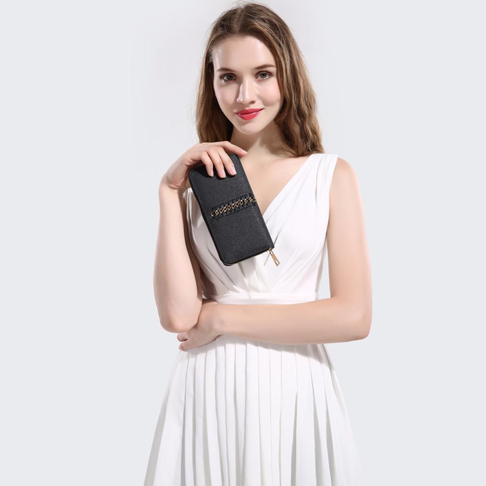 8f04ec95eb18 Настоящие модницы имеют несколько кошельков для разных случаев, но наиболее  удобным повседневным вариантом являются большие женские кошельки.