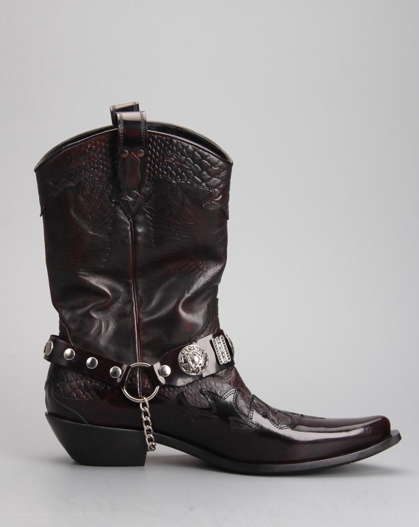 На сегодняшний день эта обувь также пользуется большой популярностью.  Наиболее стильные и практичные ботинки казаки из натуральной кожи. Их можно  носить и с ... 4aaa7e08347
