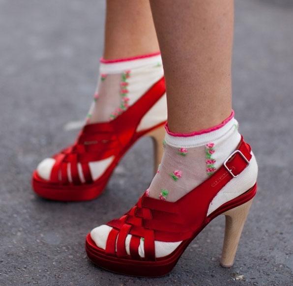 0bd06c9fec381 Бывают короткие изделия, которые в народе называют «следами», средней длины  – до щиколотки и высокие носки-гольфы. Ту или иную длину необходимо  выбирать в ...