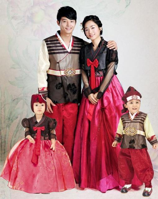 17dc63394722d78 В национальном костюме практически всегда присутствовали вещи красного  цвета. Особенно это актуально для торжественных нарядов. Ведь именно  красный и все ...