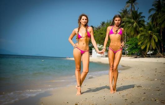 Девушки на пляжах в микро экстрим бикини