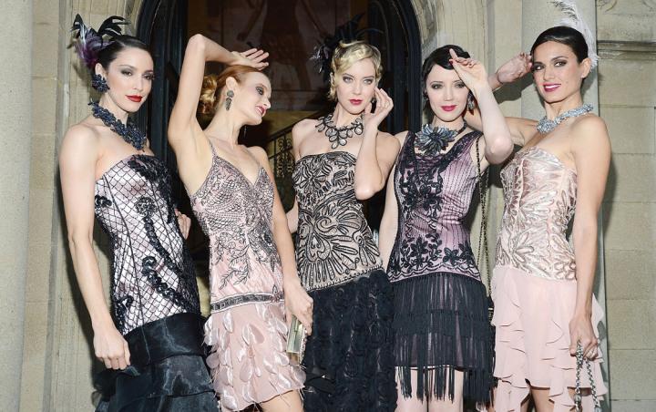 Прежде всего, в моду вошли платья свободного кроя. Они не подчеркивали  женственность фигуры, а акцент сместился с талии на бедра. Теперь платья  дополняли не ... c16a675cf11