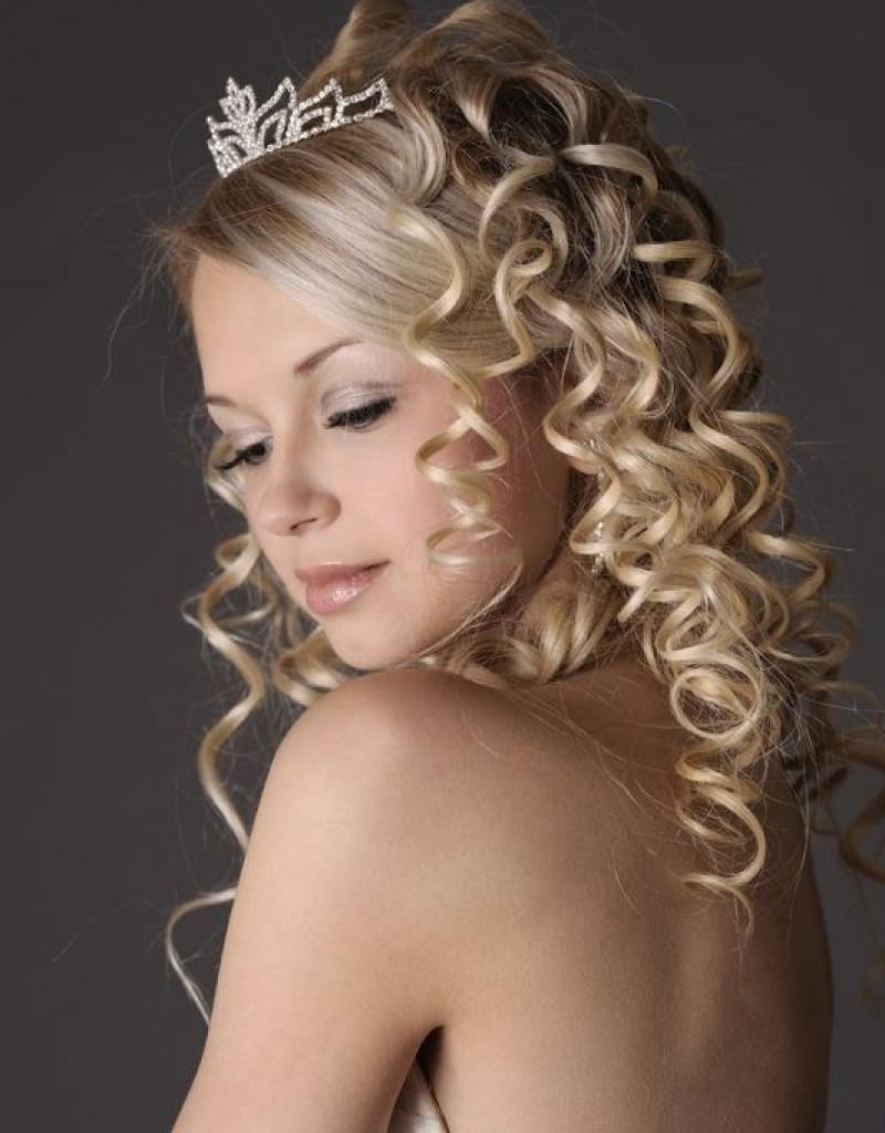 Прически с диадемой на волосы до плеч