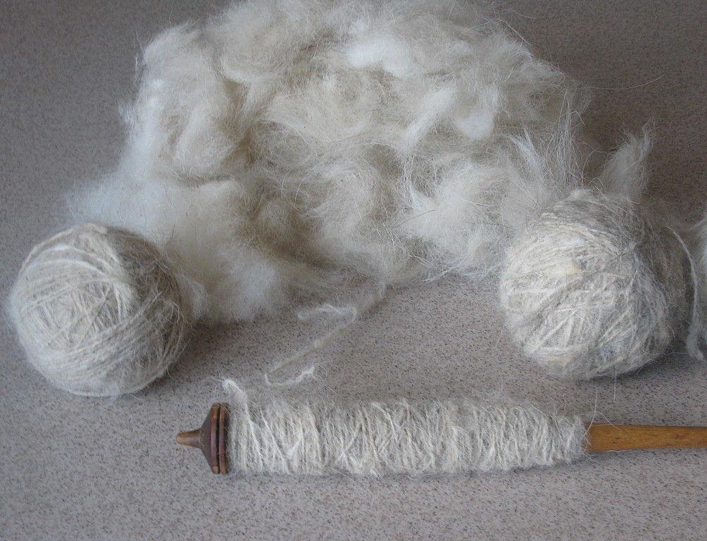 7faa313b87be3 С давних времен собачий пух, который собирают во время линьки животных,  считается самым доступным и теплым материалом для изготовления носков.