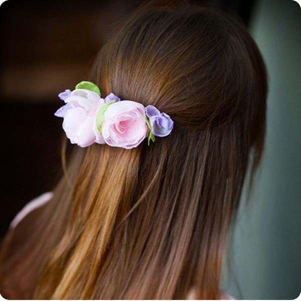 Цветок заколка на голове фото