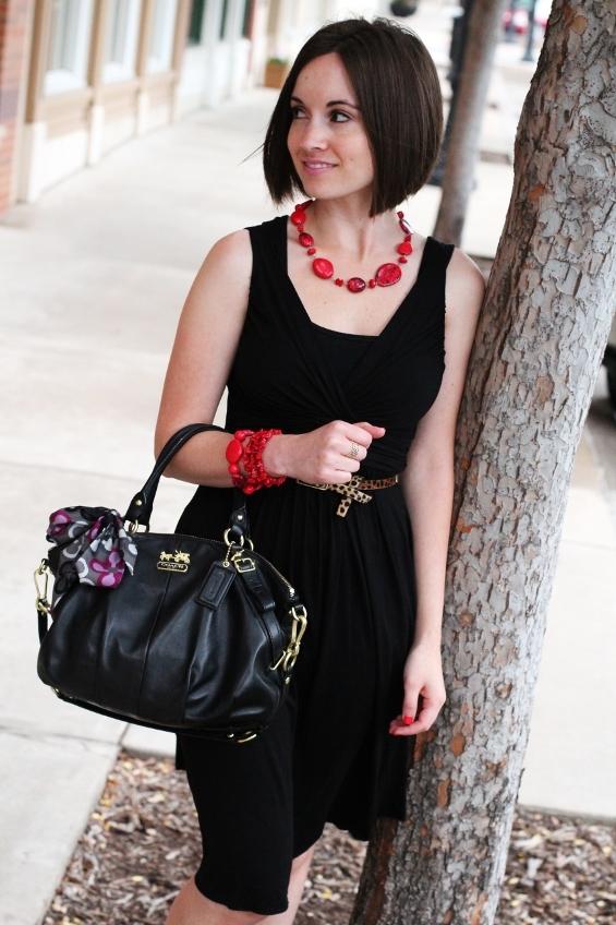 Фото украшения к черному платью