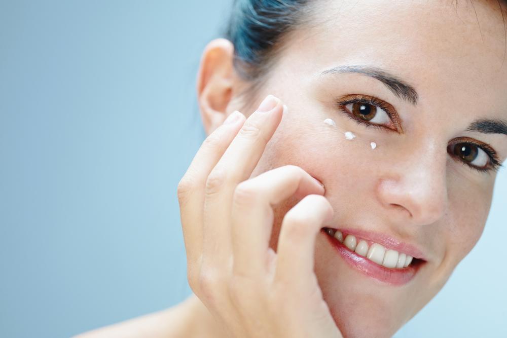 da01085704d3 Крем вокруг глаз Nivea является оптимальным вариантом для многих женщин  благодаря уникальному составу и доступной цене.