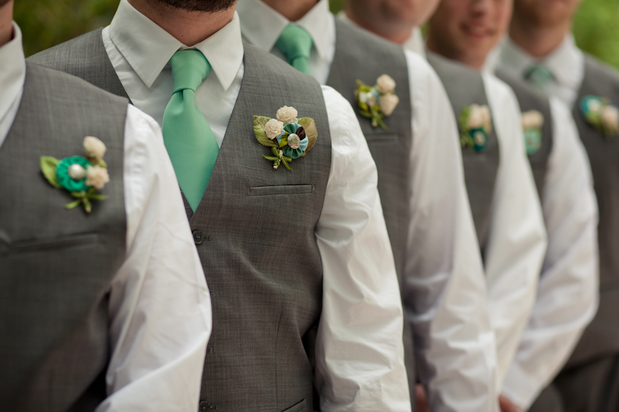 Бутоньерка своими руками из атласных лент для друзей жениха