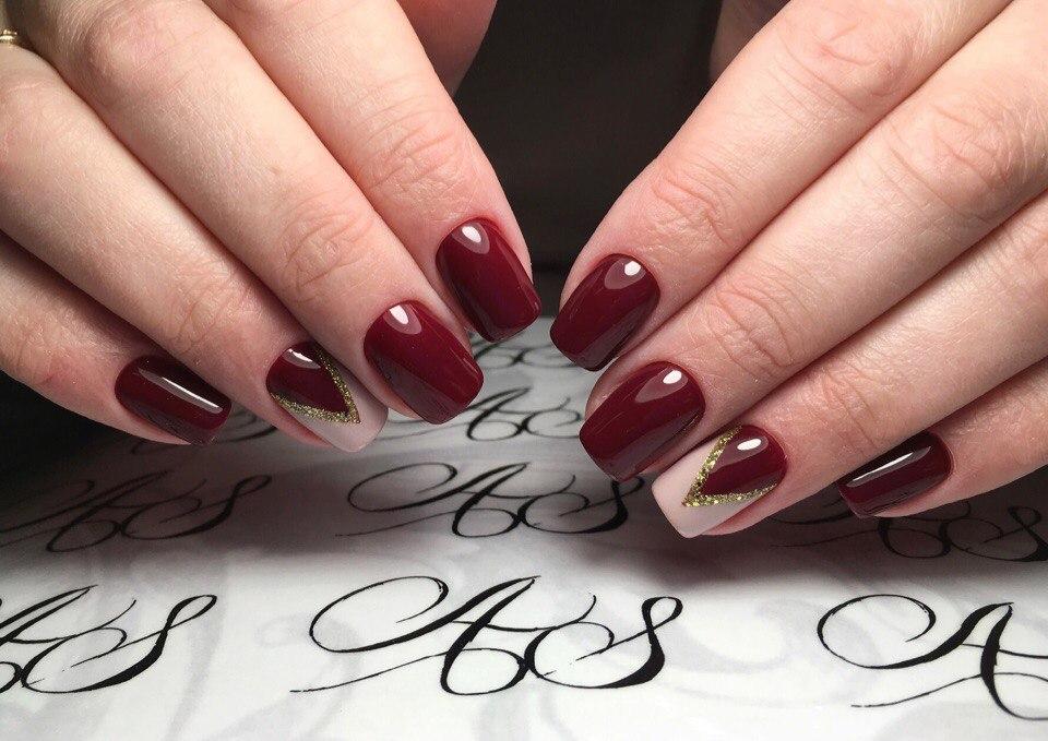 Бордовые ногти с белым рисунком